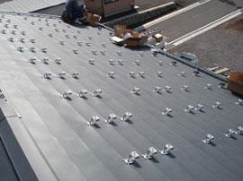 キャッチ工法によるトタン屋根への取り付け画像