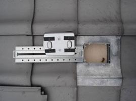 キャッチ工法による瓦屋根への取り付け